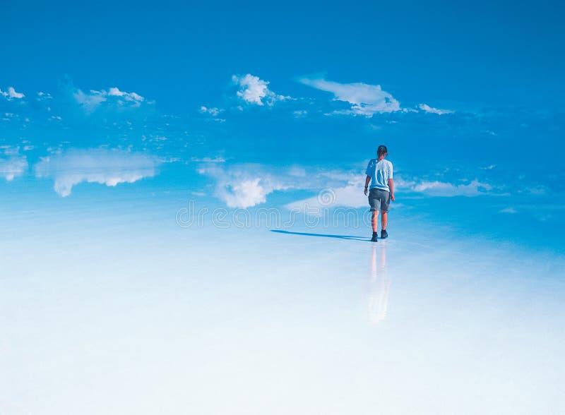 Eenzame reiziger op Salar DE Uyuni royalty-vrije stock afbeelding