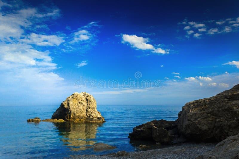 Eenzame rots in het overzees stock foto's
