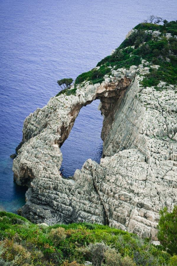 Eenzame rotsen bij het eiland van Zakynthos royalty-vrije stock foto