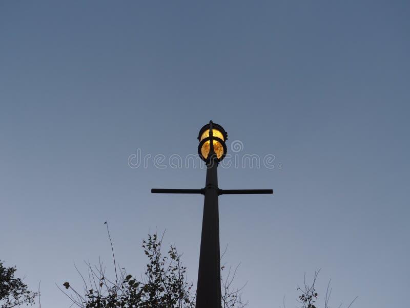 Eenzame Schemerige lamp royalty-vrije stock afbeelding