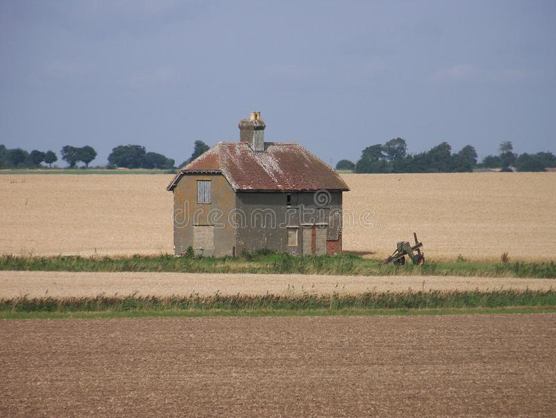 Eenzame Schuur in het midden van landbouwbedrijfgebieden royalty-vrije stock fotografie
