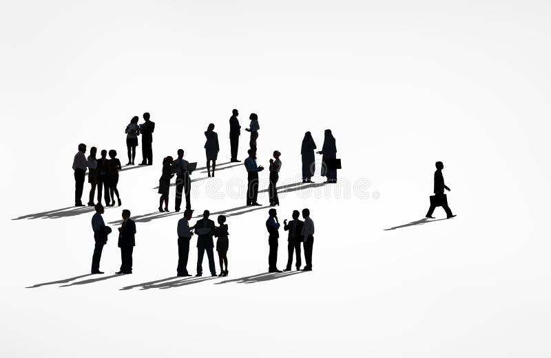 Eenzame Silhouetten van een Bedrijfsmens die vanaf de Groep lopen royalty-vrije illustratie