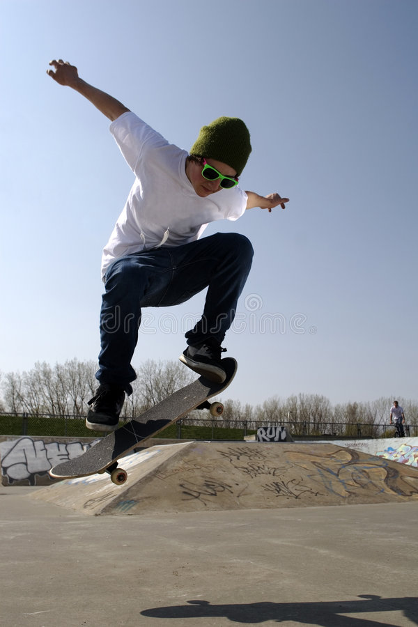 Eenzame skateboarder die een ollie doet stock foto's