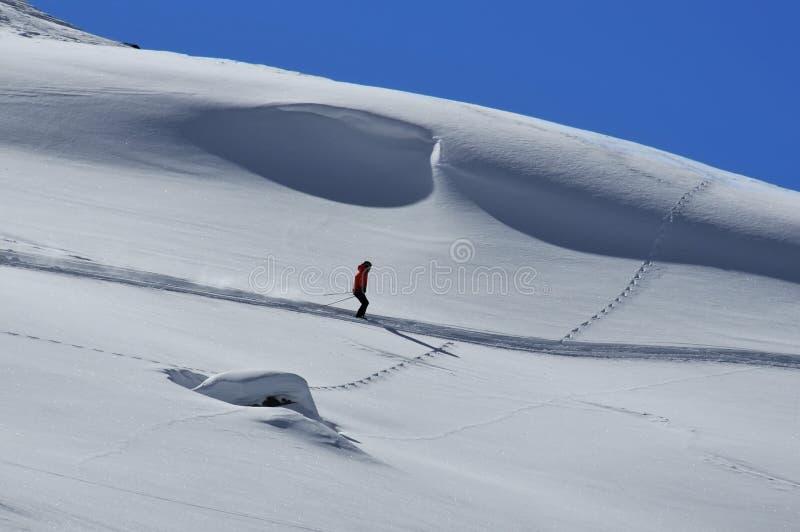 Eenzame skiër van sleep royalty-vrije stock foto