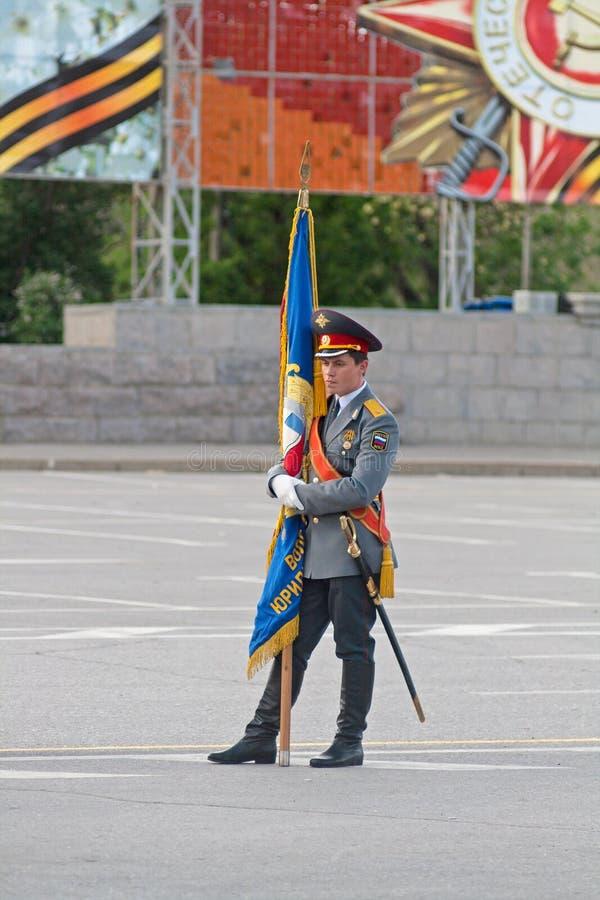 Eenzame standaard-drager met vlag bij de generale repetitie van Militaire Parade op 67ste verjaardag van Overwinning in Grote Pat royalty-vrije stock foto's