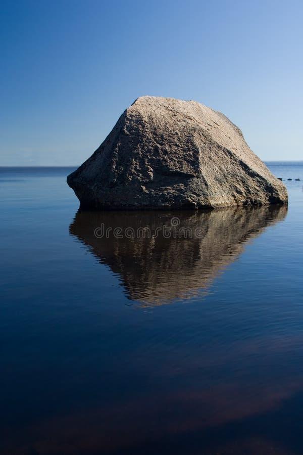 Eenzame steen royalty-vrije stock afbeeldingen