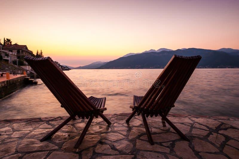 Eenzame stoelen bij de kust royalty-vrije stock afbeelding