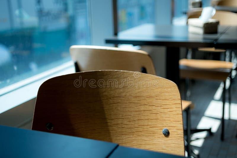 Eenzame stoelen in koffie royalty-vrije stock foto's