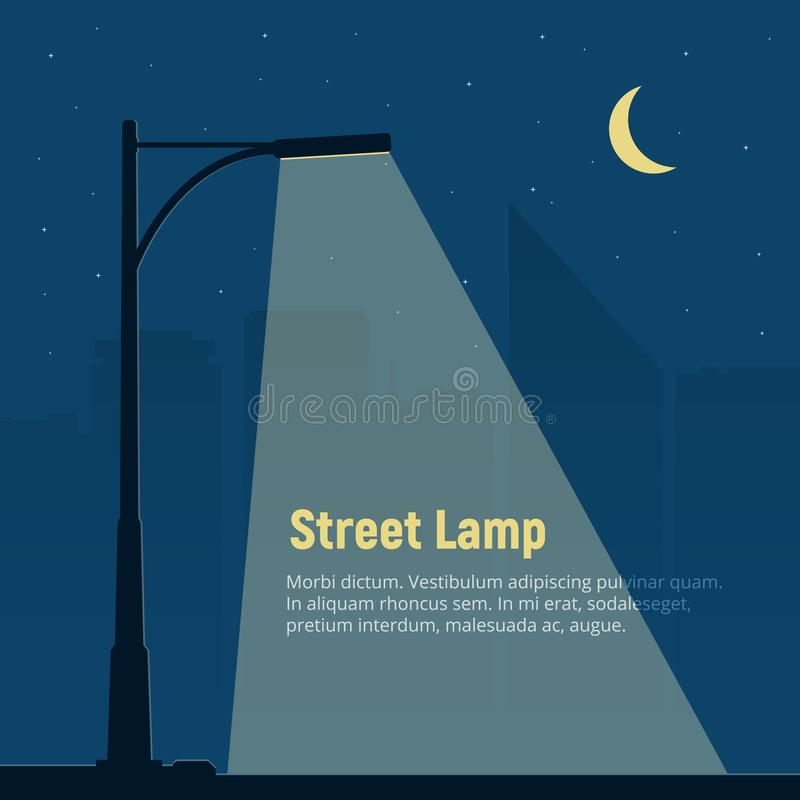 Eenzame straatlantaarn op achtergrond van de nachtstad Silhouet van een straatlantaarn in de nacht royalty-vrije illustratie