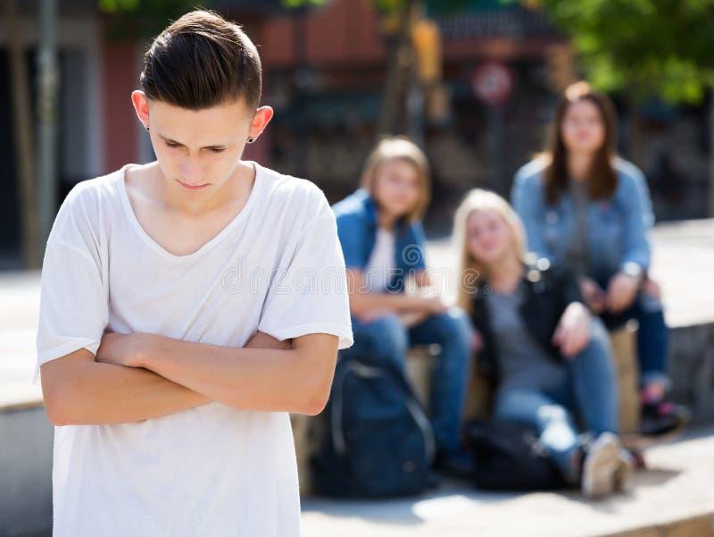 Eenzame tiener die zich weg bevinden stock foto