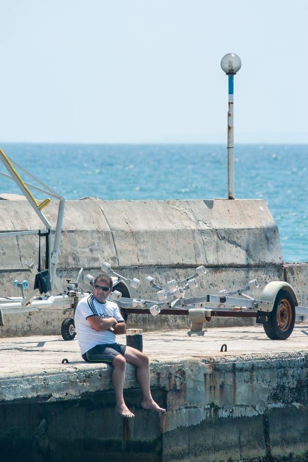 Eenzame toeschouwer het varen competities in de Zwarte Zee in Bulgarije royalty-vrije stock afbeeldingen