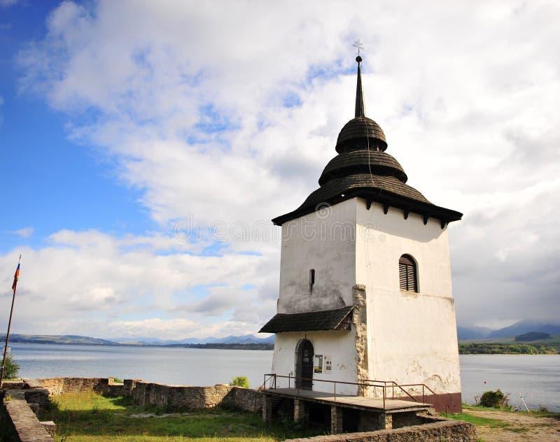 Eenzame toren door het meer van Liptovska mara stock fotografie