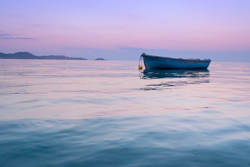 Eenzame traditionele Griekse vissersboot bij het zeewater royalty-vrije stock foto's