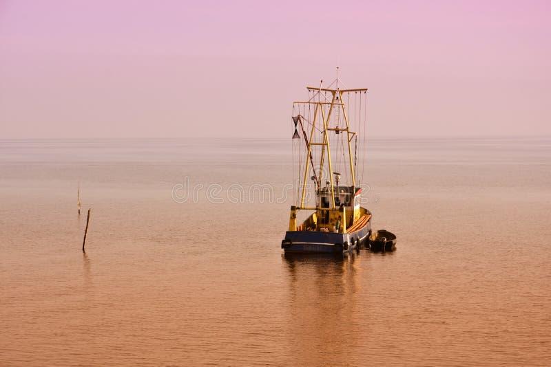 Eenzame vissersboot royalty-vrije stock foto's