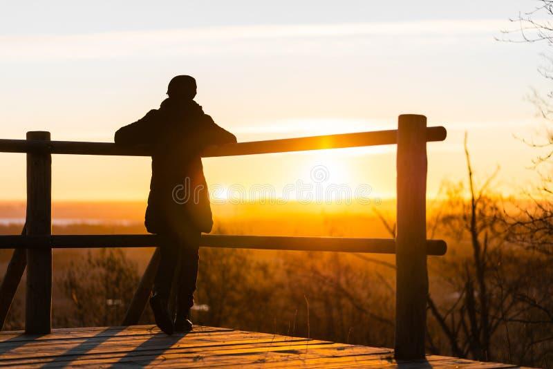 Eenzame vrouw bij zonsopgang Eenzaamheidconcept, alleen in bos stock fotografie