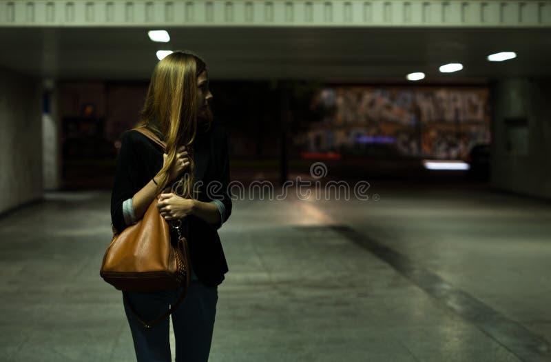 Eenzame vrouw in de onderdoorgang royalty-vrije stock afbeeldingen
