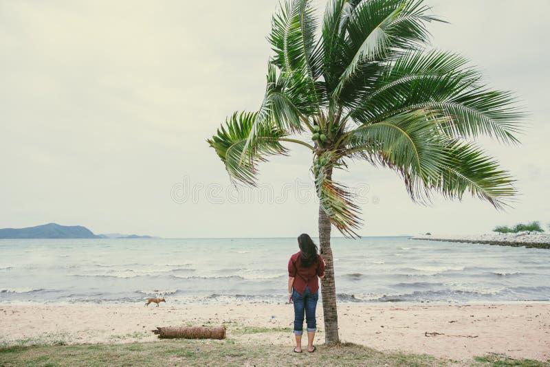 Eenzame vrouw die op oceaan alleen overzees letten royalty-vrije stock foto's