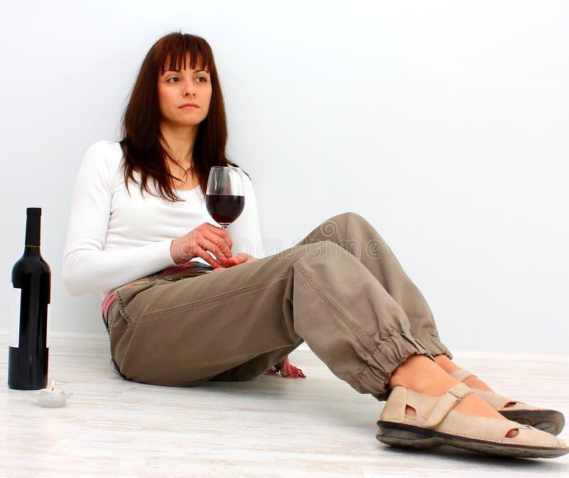 Eenzame vrouw op de vloer stock afbeeldingen
