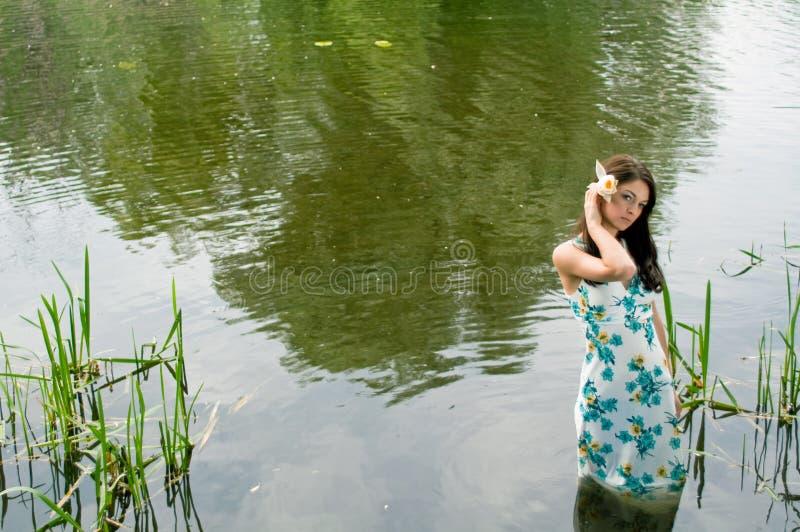 Eenzame vrouw in rivier stock foto's