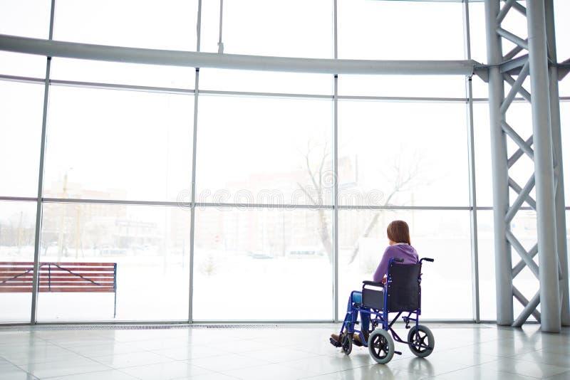 Eenzame vrouw in rolstoel royalty-vrije stock afbeeldingen