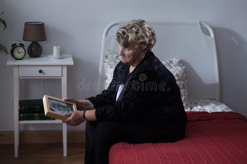 Eenzame vrouw in rusthuis royalty-vrije stock foto's
