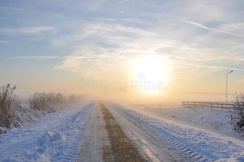 Eenzame weg in de winter royalty-vrije stock afbeelding