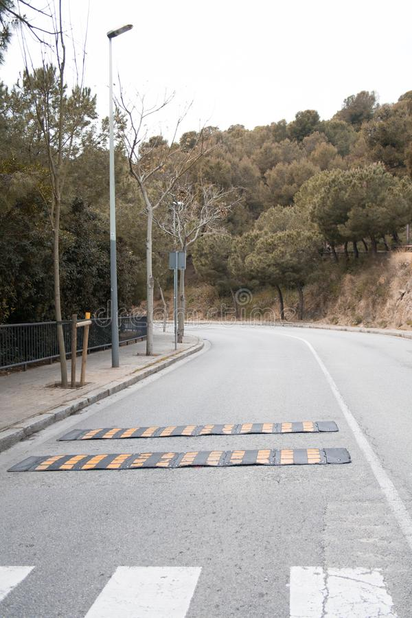 Eenzame weg whith bomen in Barcelona stock foto's