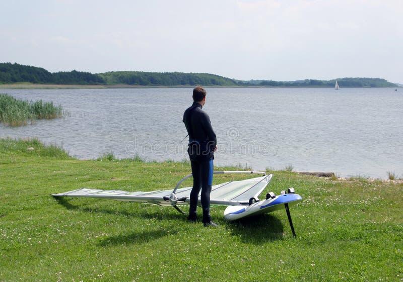 Eenzame windsurfer stock fotografie