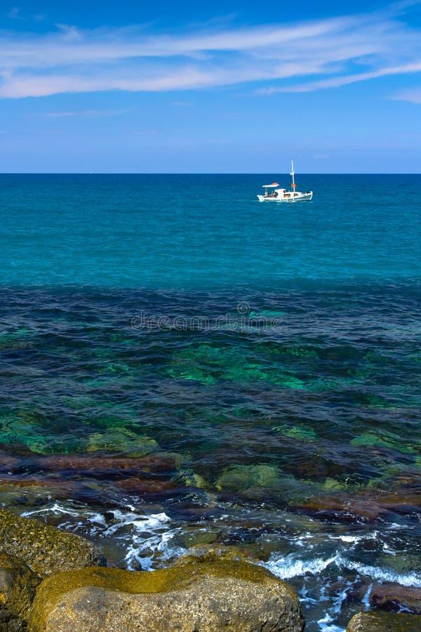 Eenzame witte boot royalty-vrije stock fotografie