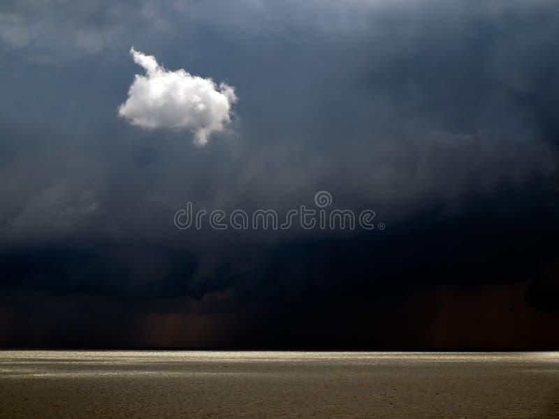 Eenzame witte wolk. royalty-vrije stock afbeelding