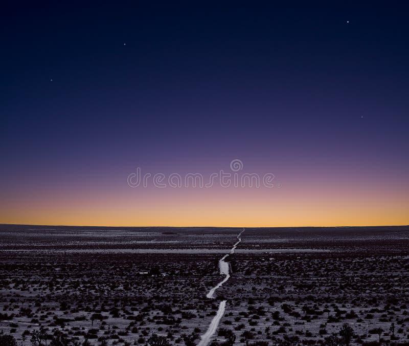 Eenzame woestijnweg royalty-vrije stock afbeelding
