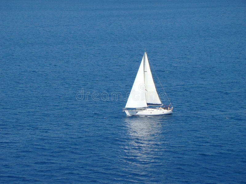 Eenzame zeilboot royalty-vrije stock afbeelding