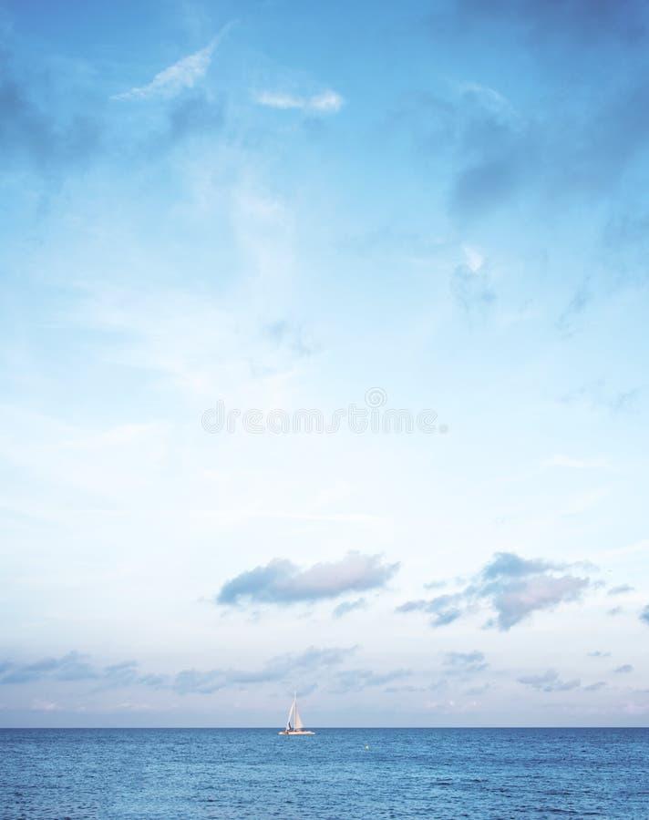 Eenzame Zeilboot op Horizon royalty-vrije stock fotografie