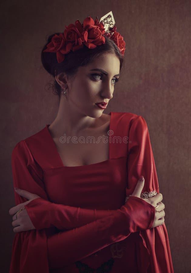 Eer en trots Vrouwelijk portret met middeleeuwse kleding en kroon royalty-vrije stock afbeelding
