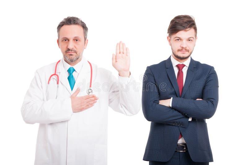 Eerlijke mannelijke dokter die een gelofte maken stock foto's