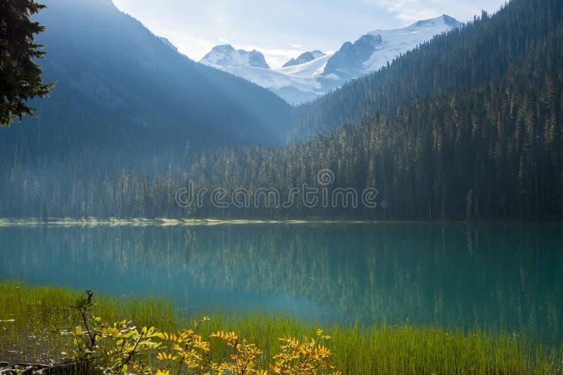 Eerst lager meer op Joffre Lake Hike dichtbij Pemberton, BC stock afbeelding