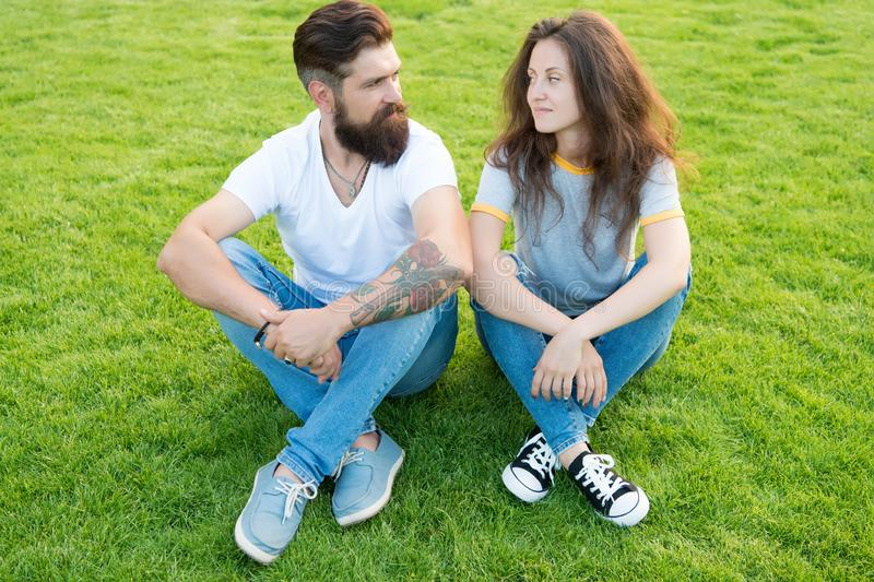 Eerst samen kom Paar in liefde Rood nam toe de zomer ontspant in park Romantisch paar die pret hebben samen leuk meisje en stock fotografie