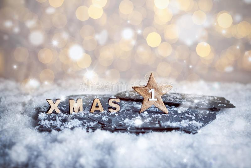 Eerste Advent Sunday en houten KERSTMISbrieven in sneeuw stock afbeelding