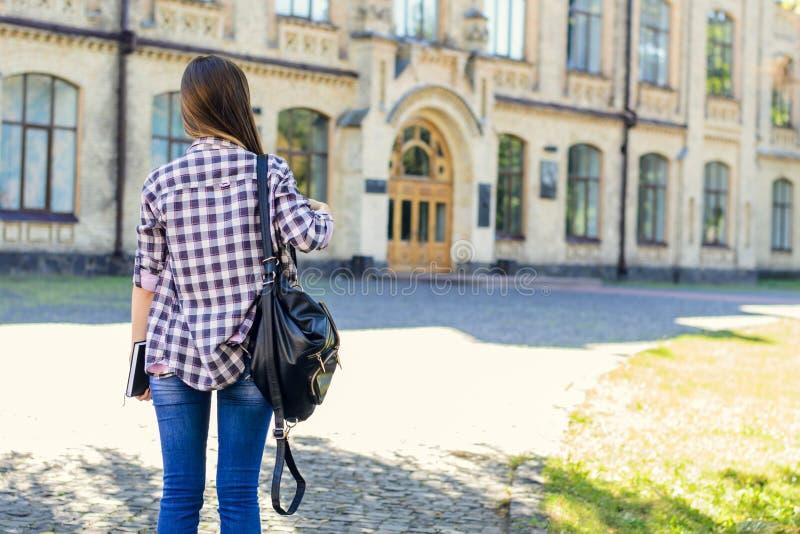 Eerste dag bij universiteit voor jonge gelukkige vrouwelijke student in toevallig stock foto's