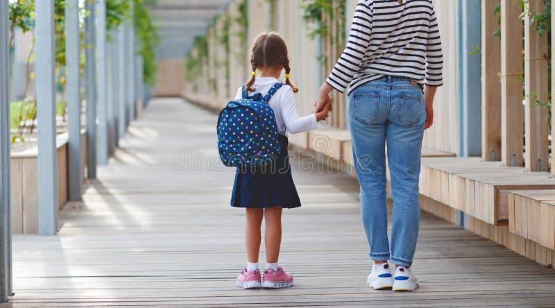 Eerste dag op school de moeder leidt weinig meisje van de kindschool in F royalty-vrije stock afbeeldingen
