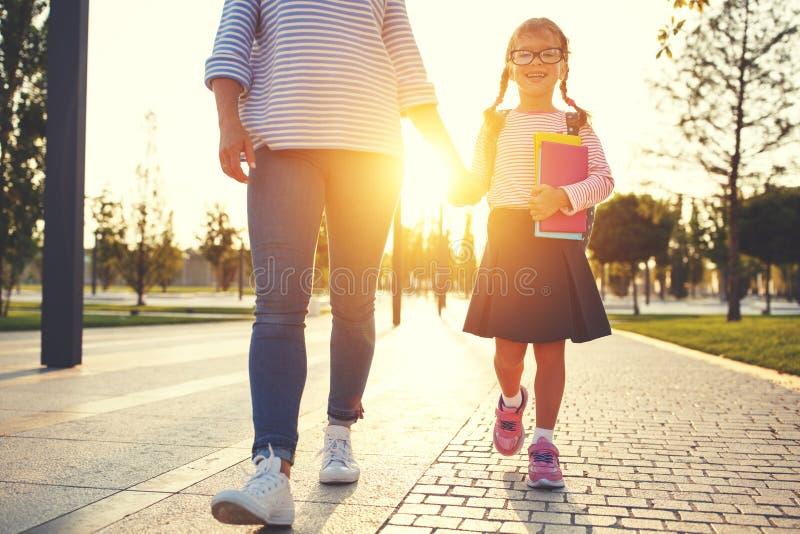 Eerste dag op school de moeder leidt weinig meisje van de kindschool in F stock afbeelding