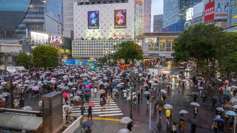 Eerste dag in Reiwa-het zebrapad van jidaivoetgangers van periodereiwa bij Shibuya-district in een regenachtige dag royalty-vrije stock afbeelding