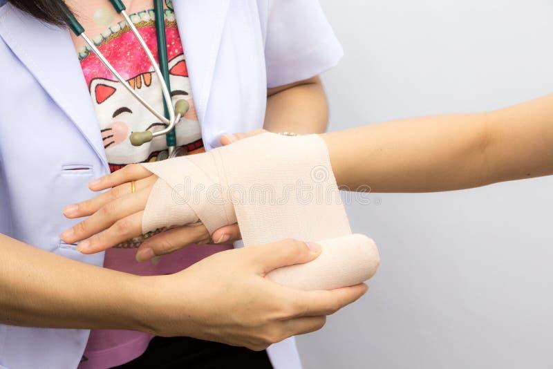Eerste hulp en behandeling in polsverwondingen en wanorde royalty-vrije stock afbeeldingen