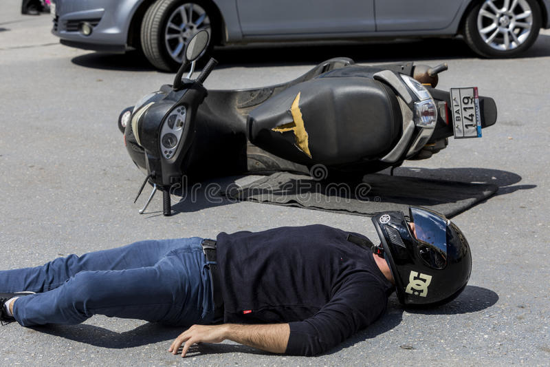 Eerste hulp, slachtofferbevrijding in een autoongeval stock foto
