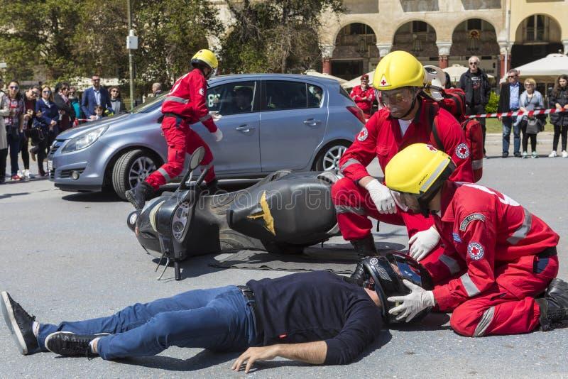 Eerste hulp, slachtofferbevrijding in een autoongeval stock afbeeldingen