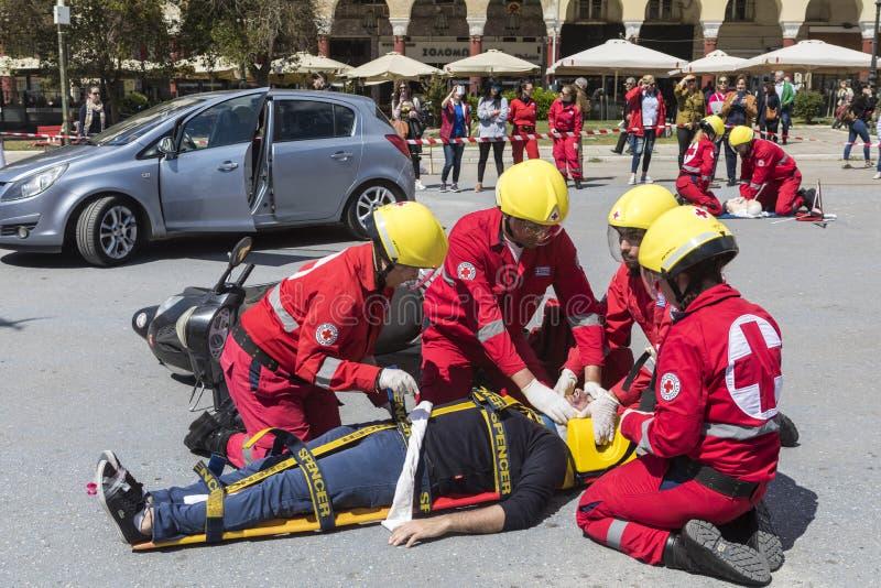 Eerste hulp, slachtofferbevrijding in een autoongeval stock afbeelding
