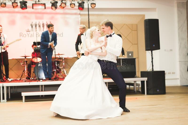 Eerste huwelijksdans van jonggehuwdepaar in restaurant royalty-vrije stock foto's