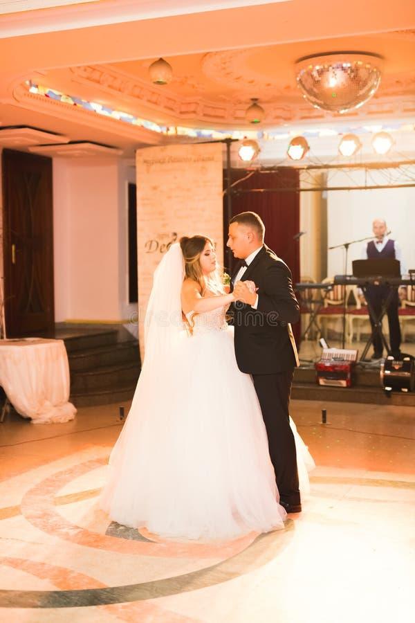 Eerste huwelijksdans van jonggehuwdepaar in restaurant royalty-vrije stock foto