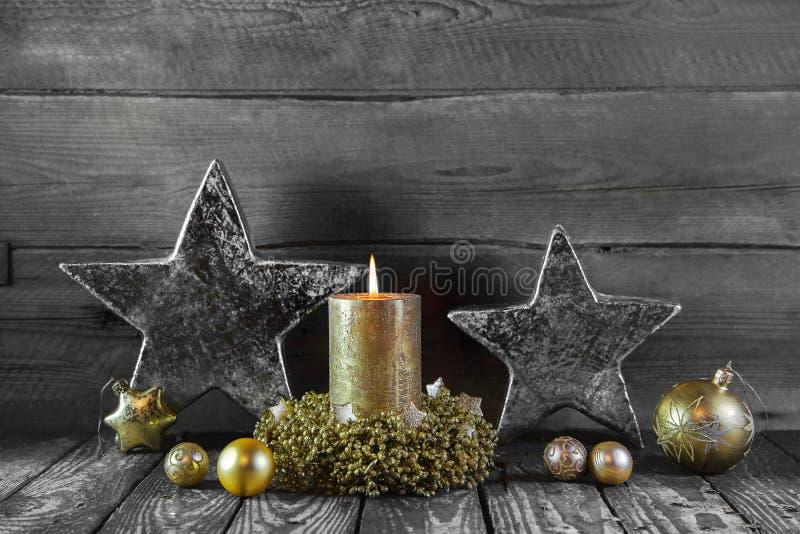 Eerste komst: één gouden brandende kaars op hout voor decoratie stock foto