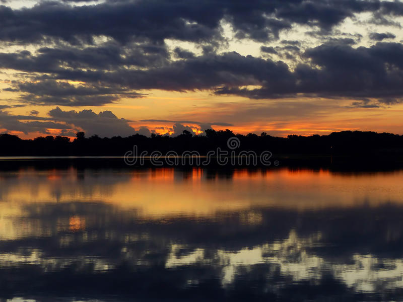 Eerste lichte zonsopgang stock foto's